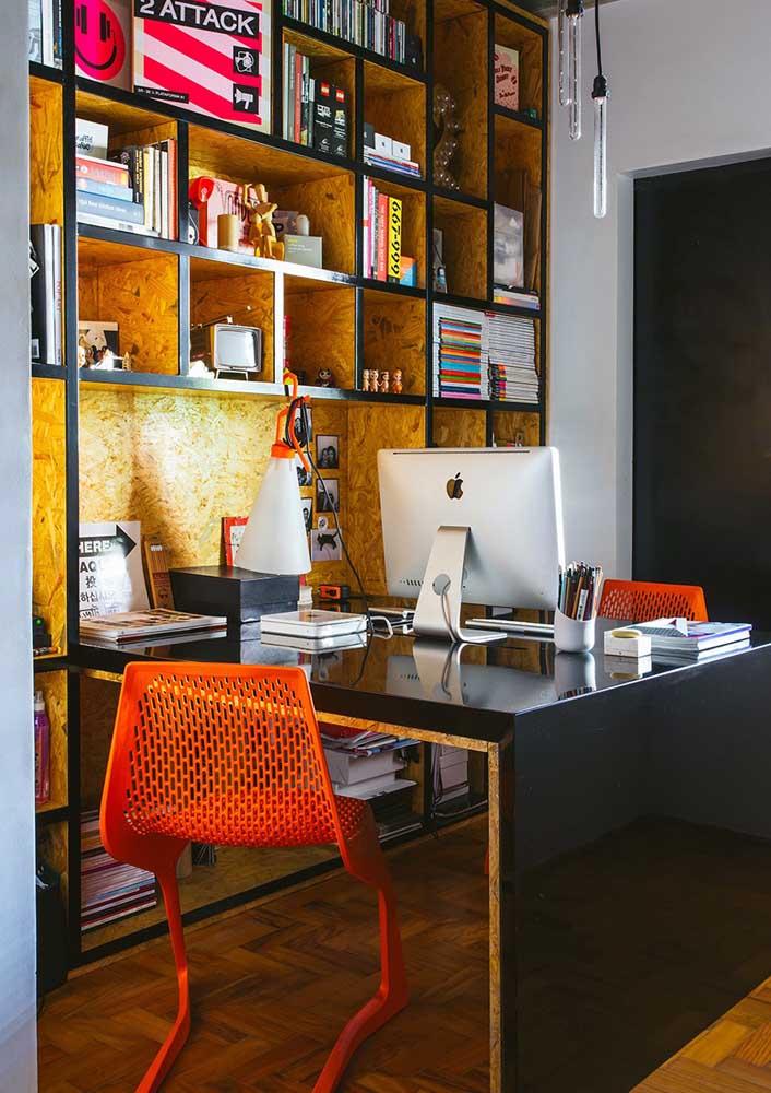 Escritório em casa moderno com móveis de placa OSB e iluminação com fita de LED