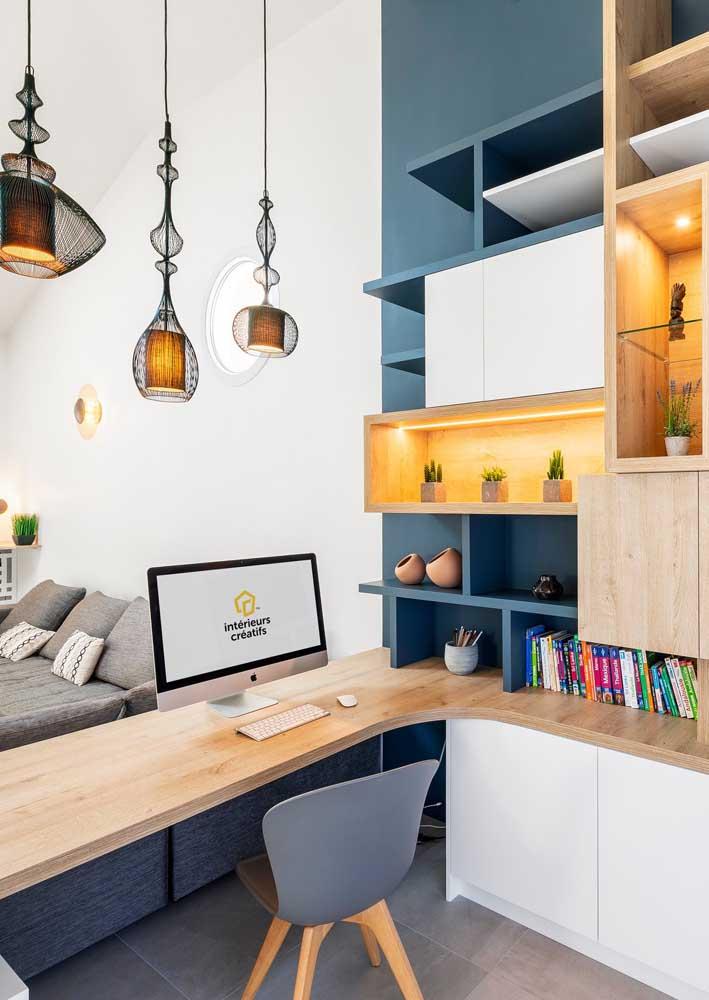 Escritório em casa planejado fazendo divisão com a sala de estar