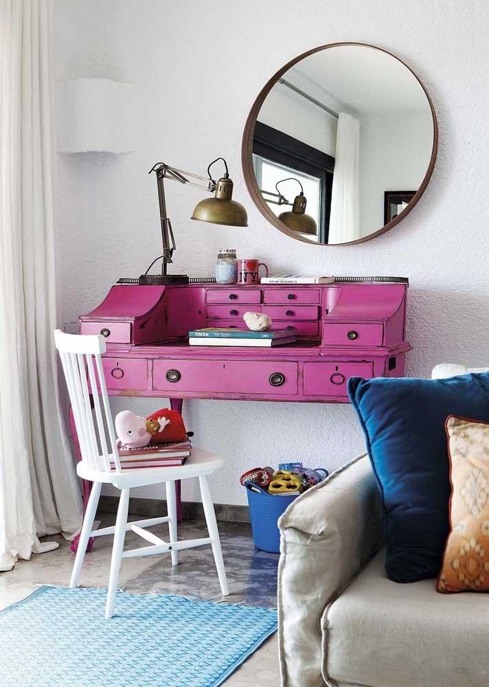 O charme vintage dessa escrivaninha é o destaque desse escritório em casa