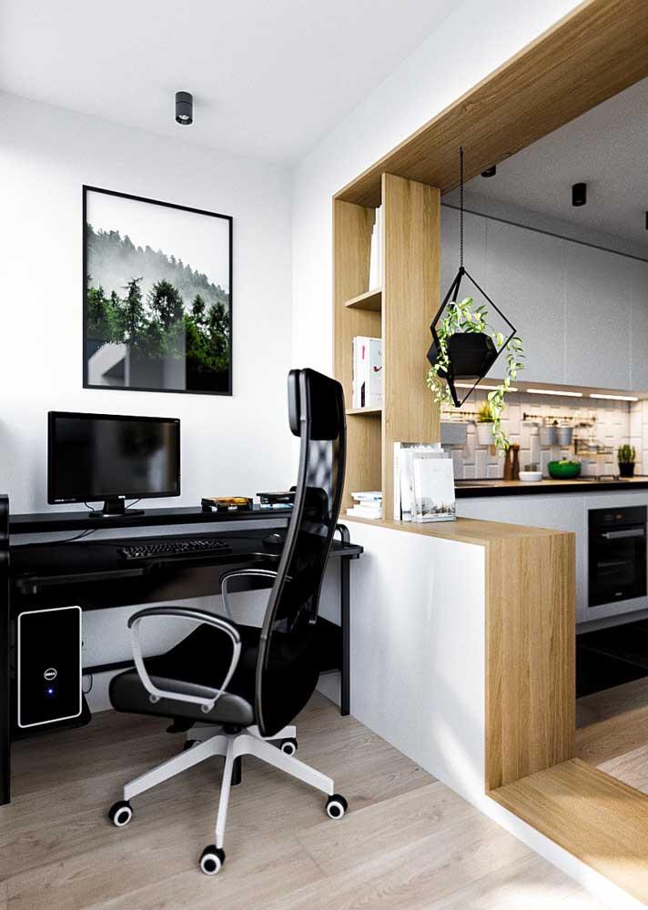 Entre a sala de estar e a cozinha tem o quê? Um escritório!