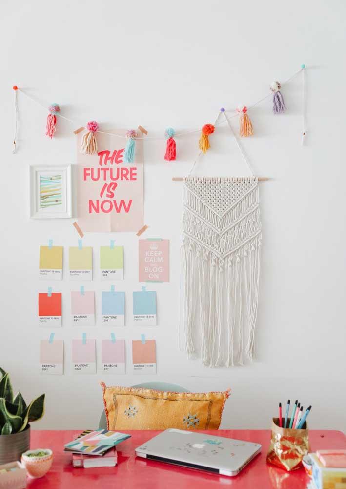 Já que o escritório é em casa, você pode decorá-lo com tudo aquilo que mais gosta