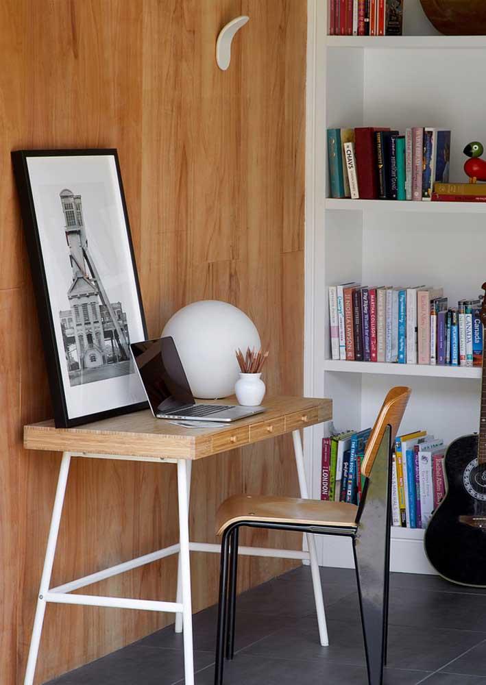 Escritório em casa com apenas dois móveis: mesa e cadeira