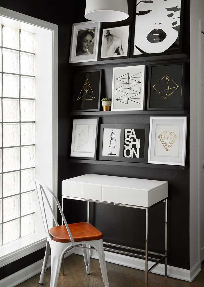 Escritório em casa adaptado no cantinho da parede. A decoração em preto e branco é o destaque por aqui
