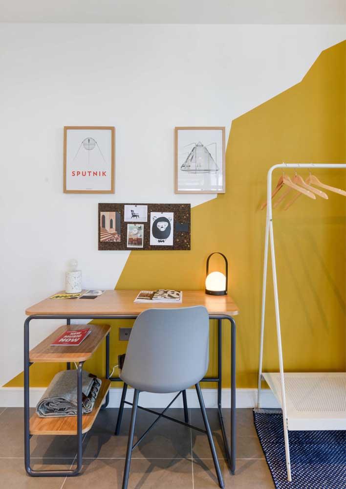 Pintura diferenciada para trazer um charme a mais para pequeno escritório em casa