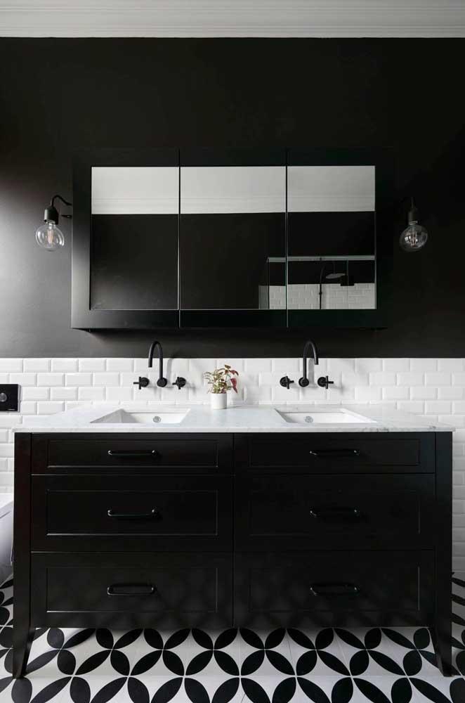 Piso para banheiro em preto e branco combinando com o restante da decoração
