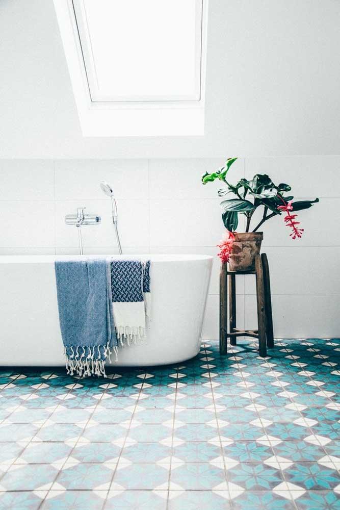 Azulejos em tons de azul para cobrir o piso do banheiro com estilo e personalidade