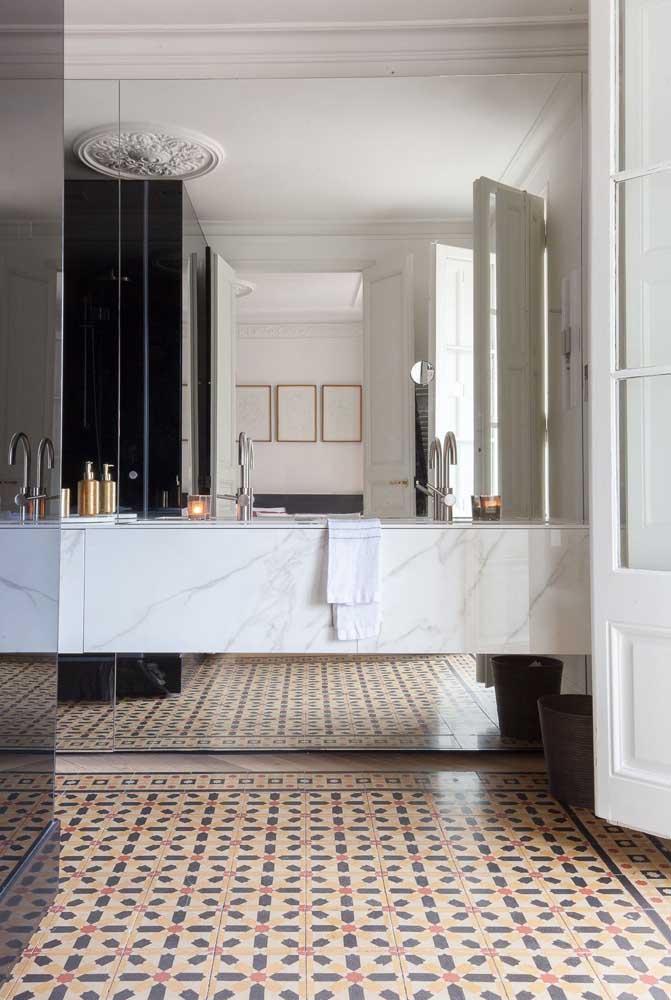 Piso para banheiro retrô em harmonia com a decoração clássica e elegante