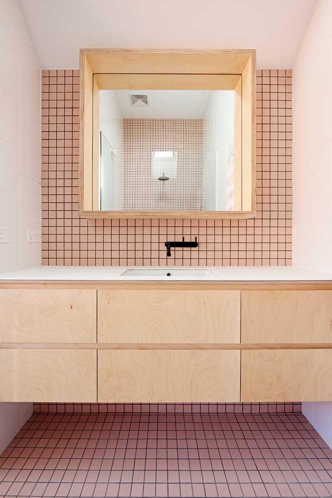 Pastilhas cor de rosa para o piso e a parede principal do banheiro