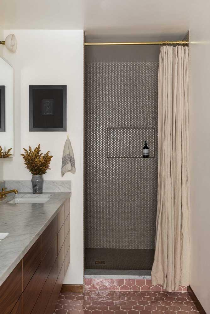 Já aqui nesse banheiro, as pastilhas dividem espaço com o piso hexagonal
