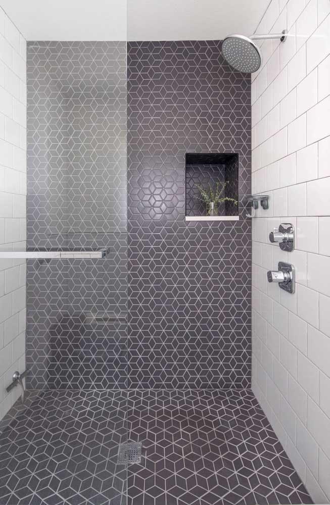 Piso para banheiro cinza combinando com o revestimento branco da parede