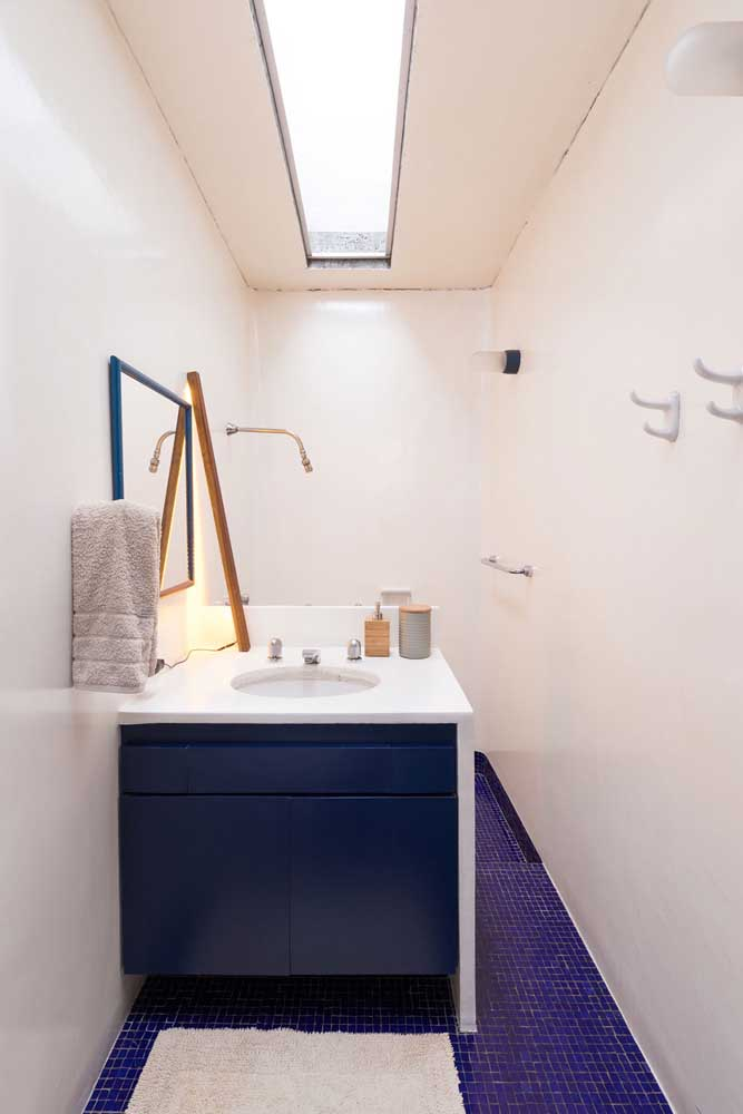 Que tal um banheiro com piso de pastilhas azuis?