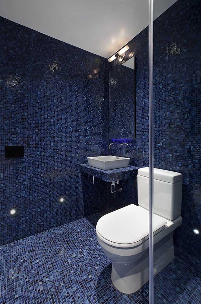 Pastilha para piso de banheiro em três tons diferentes de azul