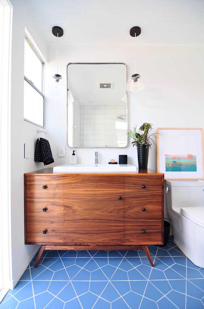 Piso hexagonal azul e branco para descontrair o banheiro de paredes lisas