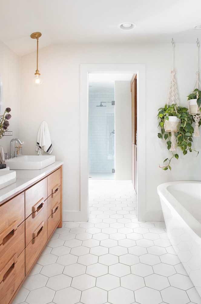 Um banheiro branco pode ser muito mais charmoso do que você imagina