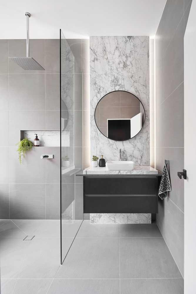 Porcelanato cinza para o piso do banheiro combinando com o revestimento das paredes