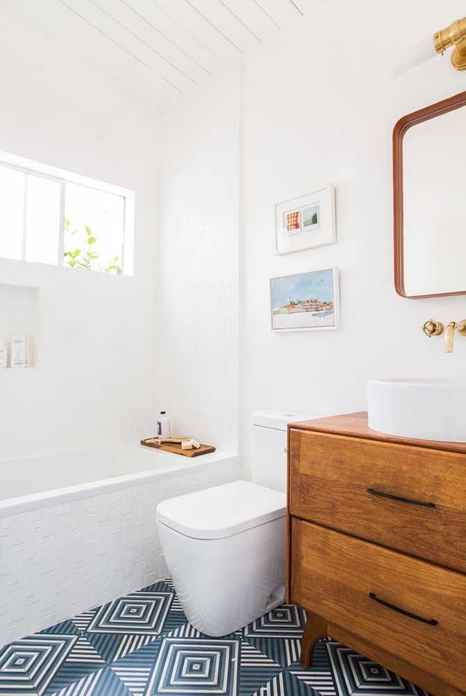 Piso para banheiro com estampa geométrica. Para rebater o efeito visual do piso, a opção foi deixar as paredes brancas