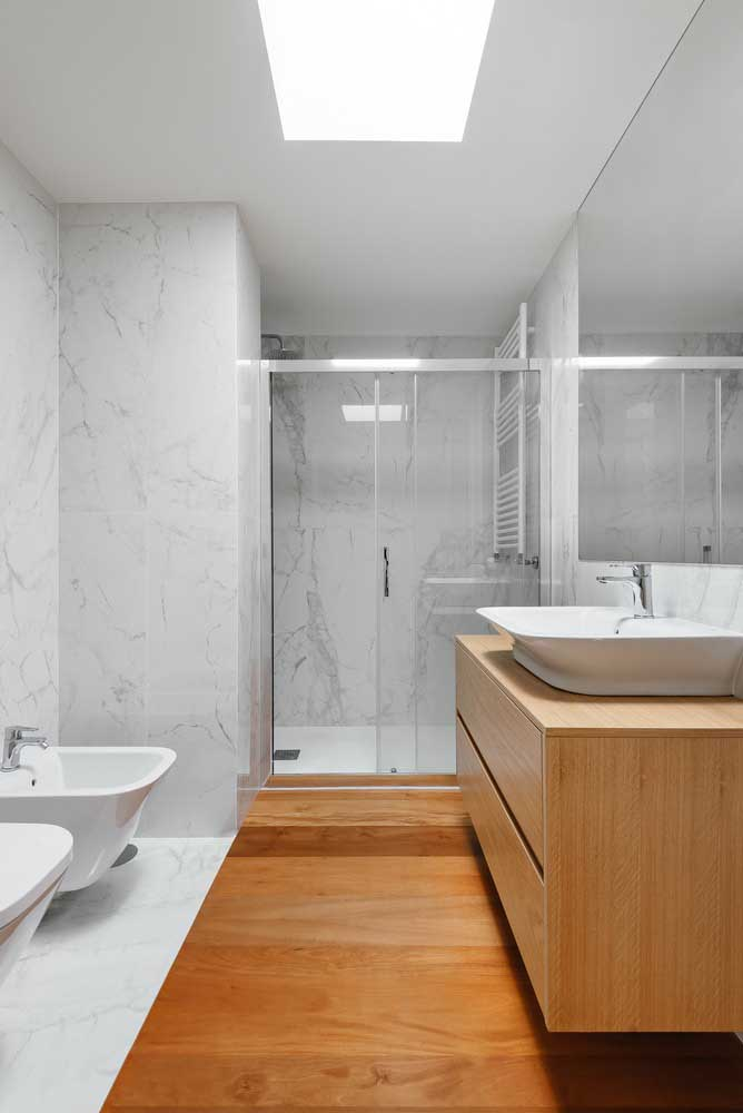 Piso de madeira para banheiro em apenas uma faixa do ambiente