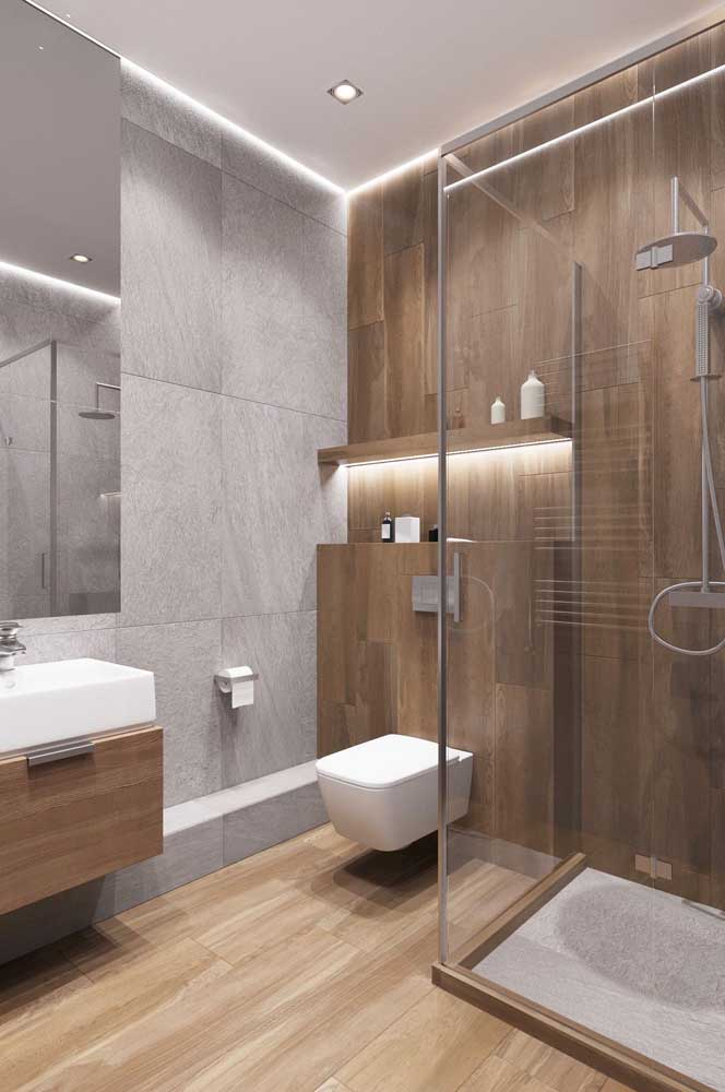 Madeira na parede e no piso do banheiro