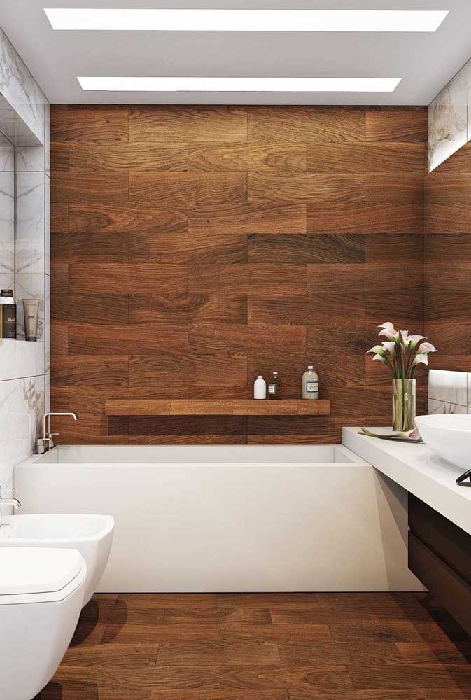 Porcelanato amadeirado para o piso e a parede do banheiro