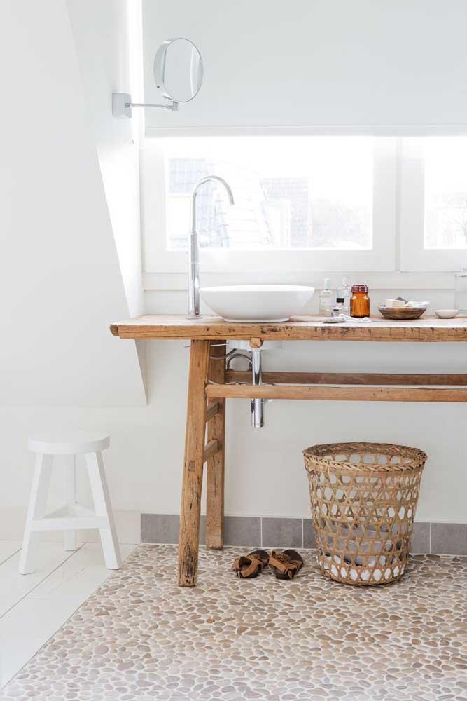 Piso de seixos para o banheiro: simples e aconchegante