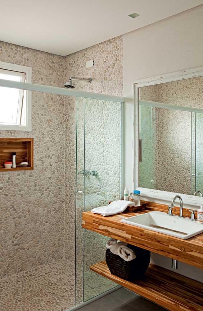 A combinação entre piso de seixos e madeira é incrível!