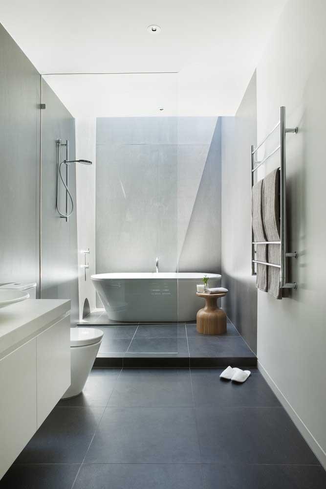 Piso para banheiro preto contrastando as paredes brancas