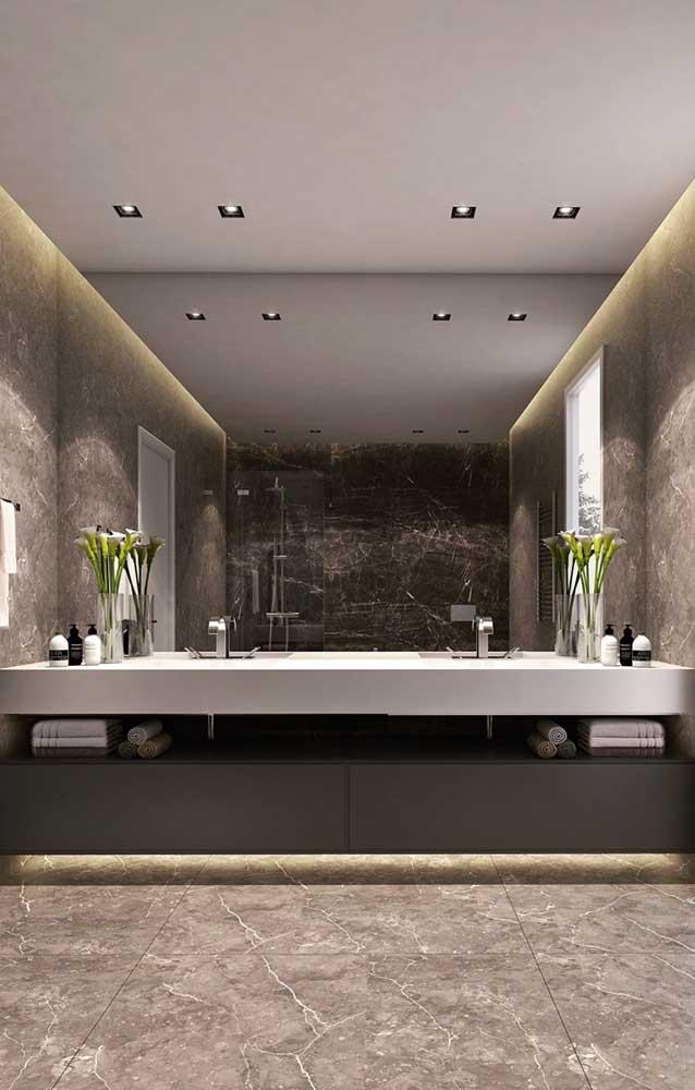 As luzes indiretas conferem ainda mais destaque para o piso de mármore