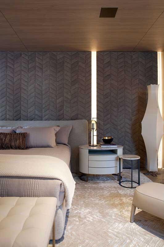 Anota essa outra receita para uma decoração de quarto de luxo: forro de madeira, parede estofada e um tapete super macio