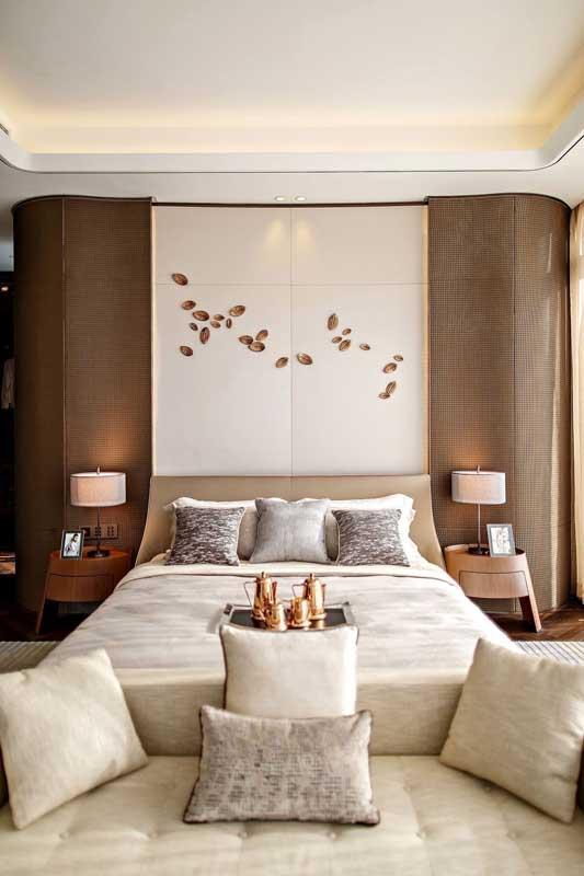 Quarto de casal de luxo com destaque para a parede da cabeceira da cama que recebeu toda a atenção