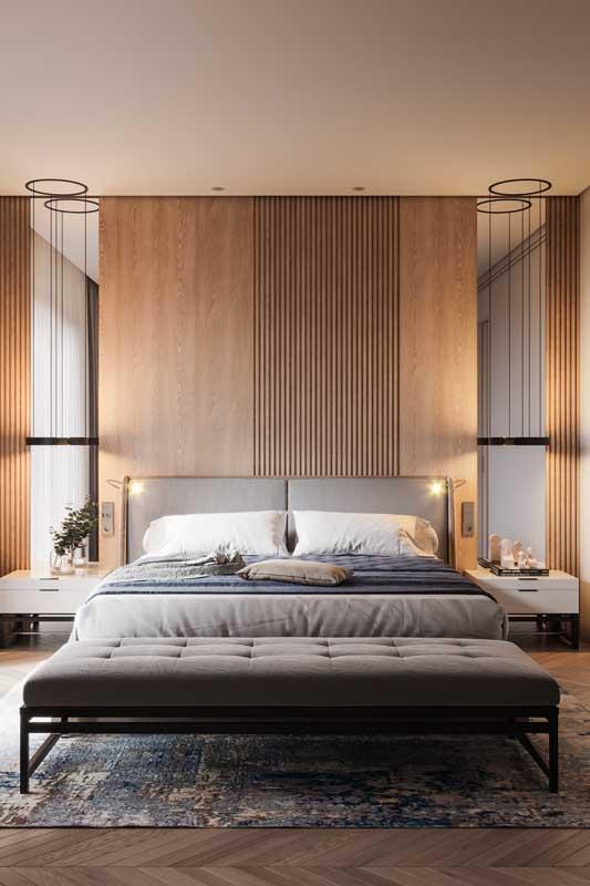 Quarto de casal com painel de madeira e espelhos. Conforto e funcionalidade em um projeto cheio de charme