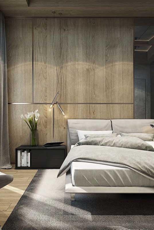 Quarto de casal de luxo em tons de cinza acompanhados pela harmonia natural da madeira