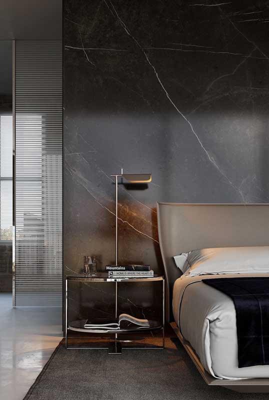 Um luxo só esse quarto de casal com parede de mármore preto