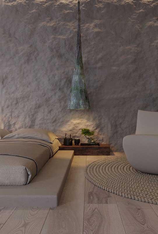 Uma inspiração diferente e original de quarto de casal de luxo. Repare que a cama baixa lembra os modelos japoneses