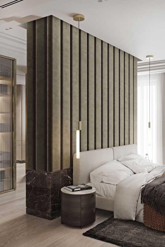 Quarto de casal de luxo valorizado pela presença de materiais como o mármore. Destaque ainda para a parede estofada