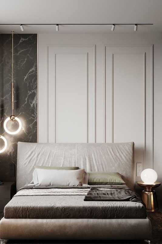 Quarto de casal de luxo com parede de boisserie e painel de mármore. Linda combinação!