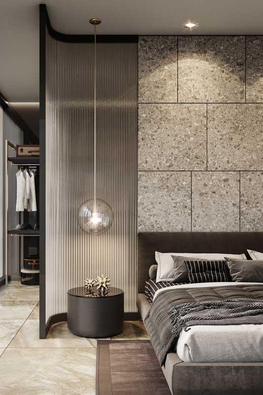Quarto de casal de luxo com closet. Repare que a parede de vidro faz a divisória entre os ambientes