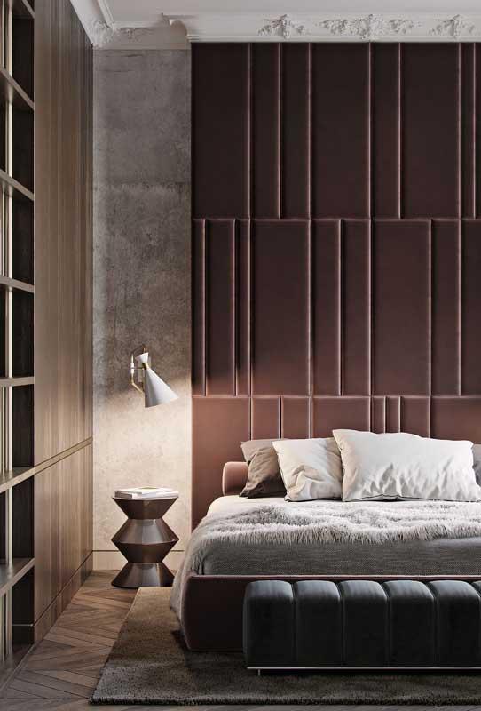Quarto de casal de luxo com móveis planejados e uma parede toda estofada para receber a cama