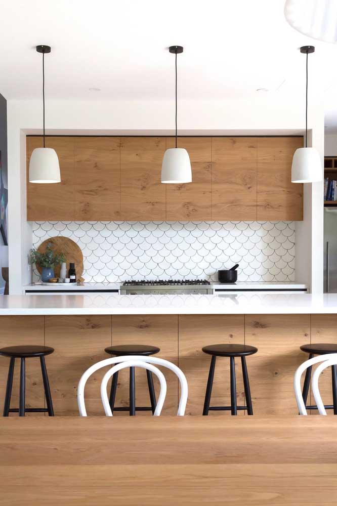 Azulejo escama de peixe para a cozinha clean e moderna