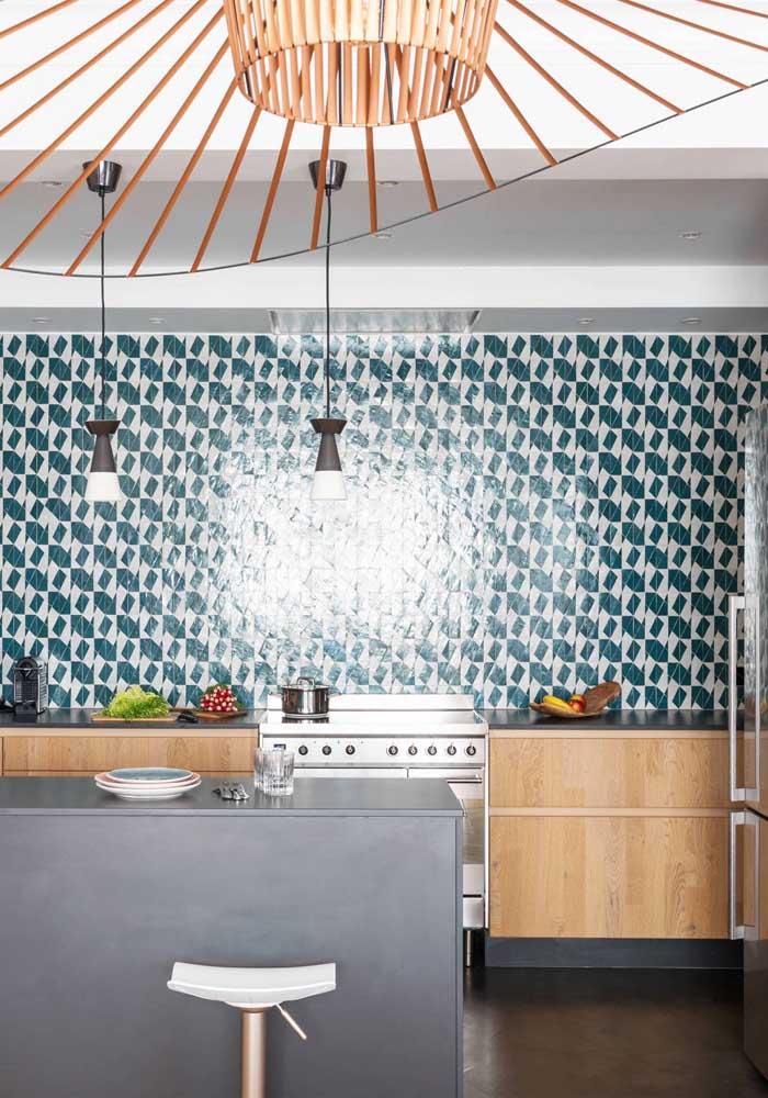 Azulejo estampado para destacar a parede principal da cozinha