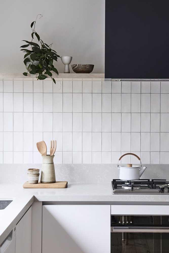 A cozinha clean apostou na simplicidade dos azulejos brancos