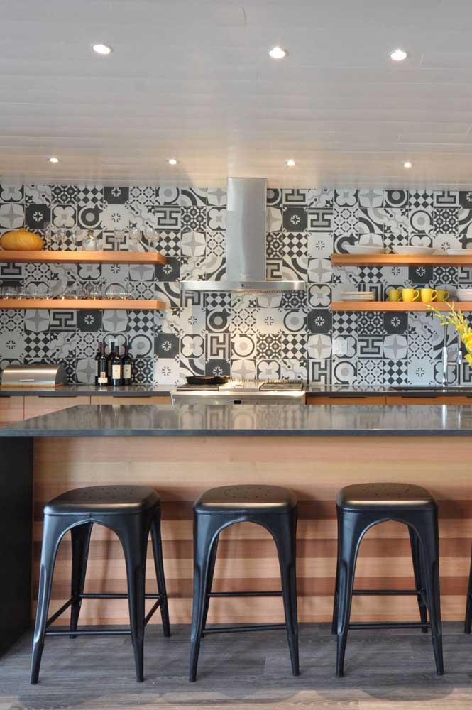Descontraídos, os azulejos decorativos retrôs são o charme a mais que você pode dar para sua cozinha