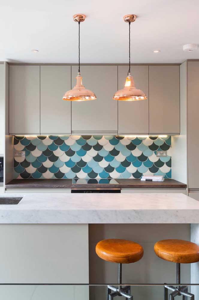 A cozinha moderna de tons neutros apostou no uso do azulejo escama de peixe em tons de azul