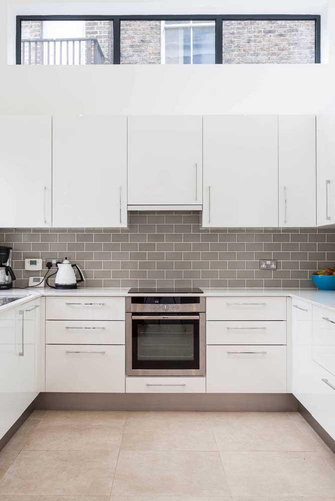 Azulejo cinza para combinar com o piso bege da cozinha