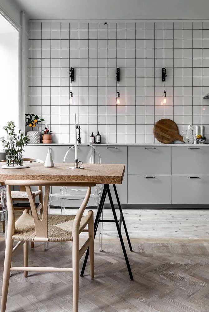 O diferencial dessa cozinha é o rejunte preto entre os azulejos brancos