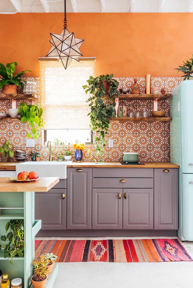 Uma cozinha alegre com azulejos coloridos retrô cobrindo apenas uma parte da parede
