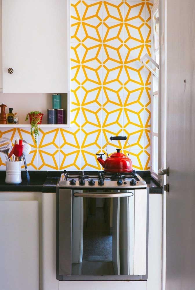 Cozinha branca com azulejos em detalhes amarelo. Dica: você pode aproveitar os azulejos brancos que já tem e fazer esses detalhes com fita adesiva na cor que desejar