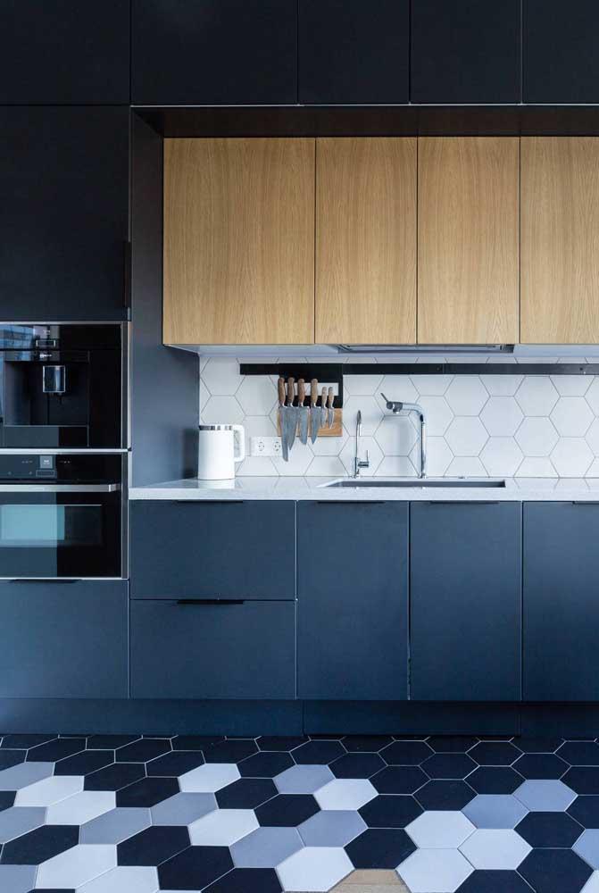 Azulejos branco hexagonais combinando com o piso da cozinha