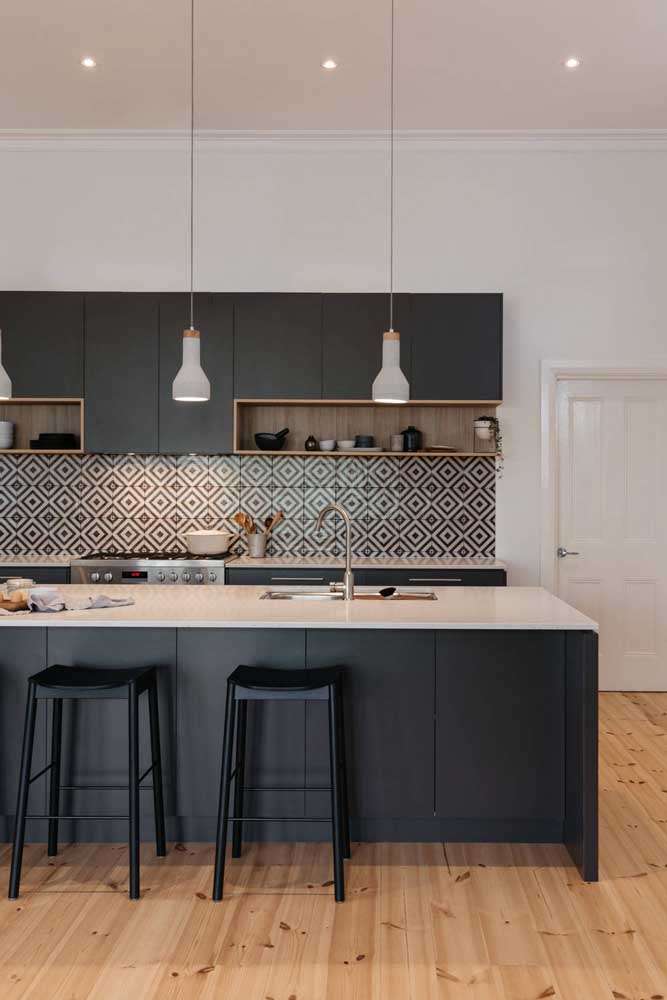 Azulejos geométricos em preto e branco para valorizar a cozinha moderna