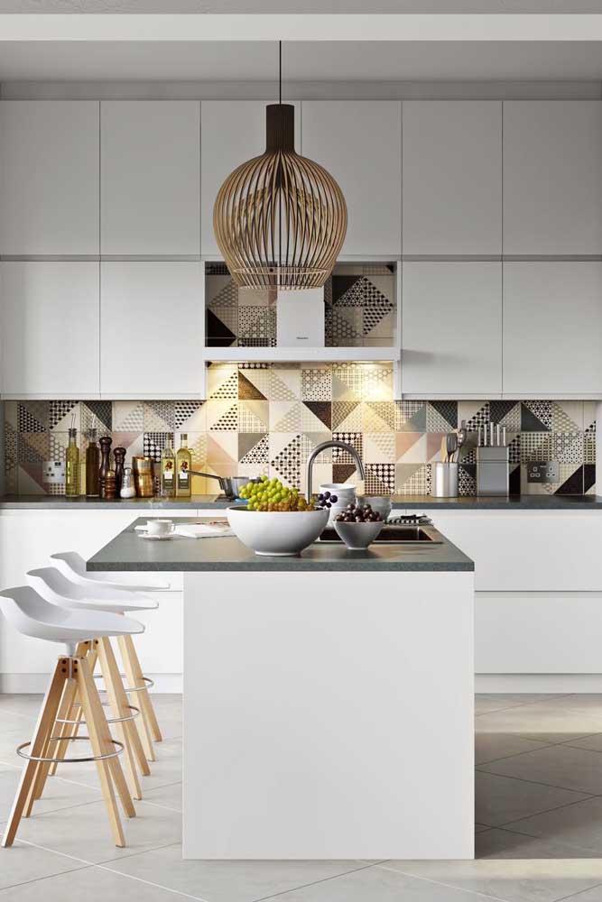 Quanto mais clean a cozinha, mais ousada pode ser a textura e as cores do azulejo