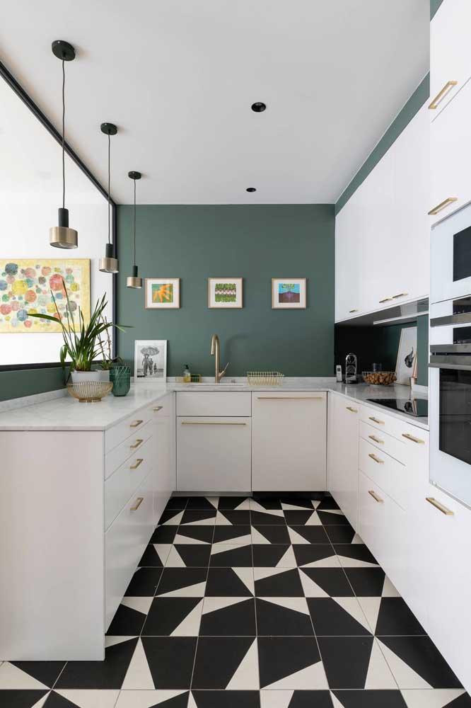 Nessa cozinha, o azulejo foi instalado apenas na faixa molhada da pia
